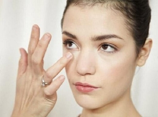 Có nên tẩy da chết cho vùng da quanh mắt không?