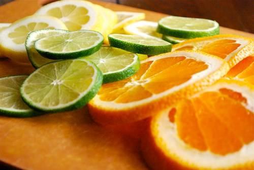 Cam và chanh giúp điều tiết các chất nhờn trên da và làm sạch sâu từ bên trong